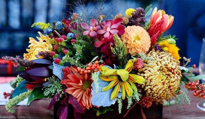 Как собрать красивый букет из цветов к празднику, ко Дню Рождения, на 1 сентября{q} Композиции из живых цветов