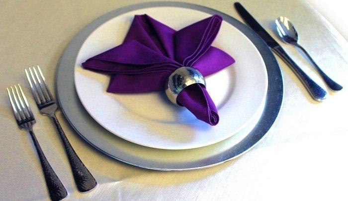 Красиво сложить салфетки в тарелки