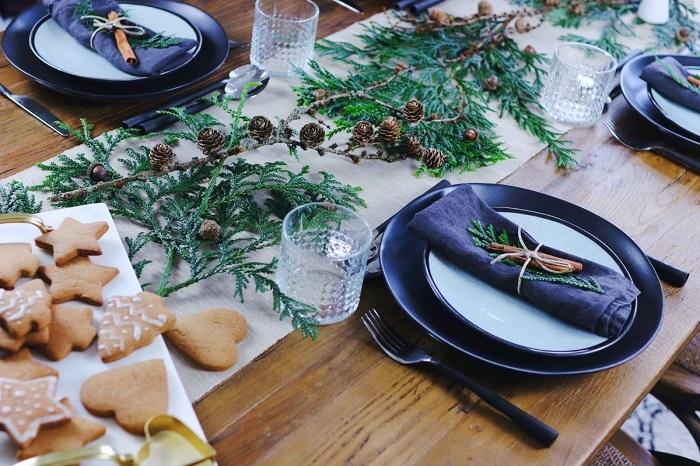 Новогодний стол украшенный хвоей