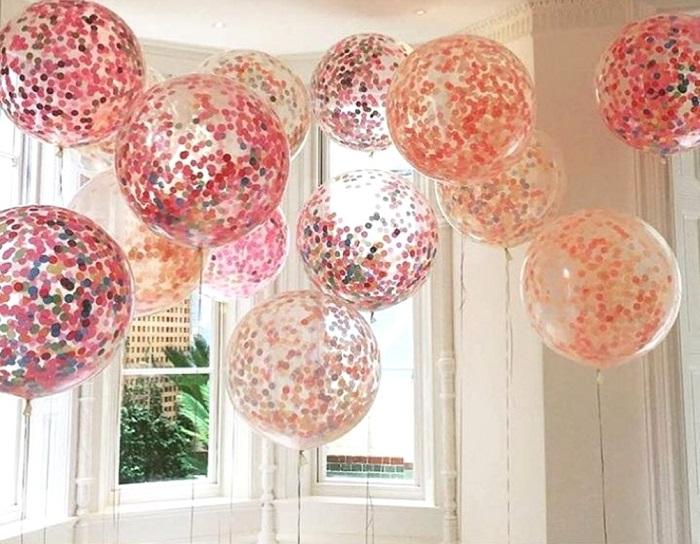 Также в последнее время особой популярностью пользуются прозрачные шары с конфетти или серпантином