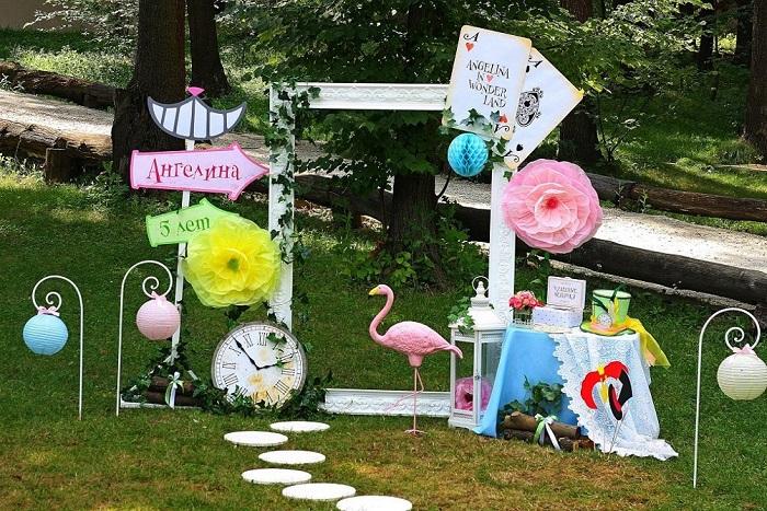 При оформлении детского праздника, многие пренебрегают такой важной его частью, как фотозона.
